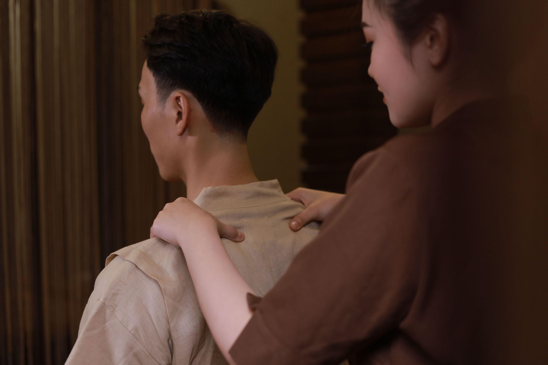 Massage bấm huyệt Hồng quang trị liệu Cổ Vai Gáy